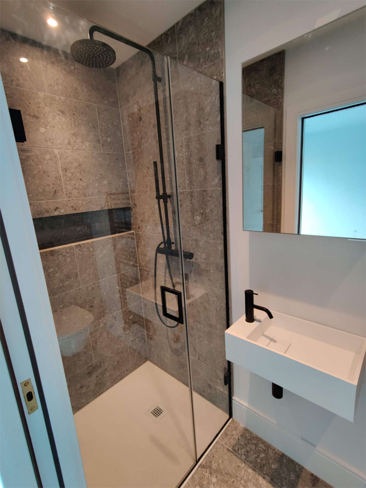 Monochrome ensuite shower
