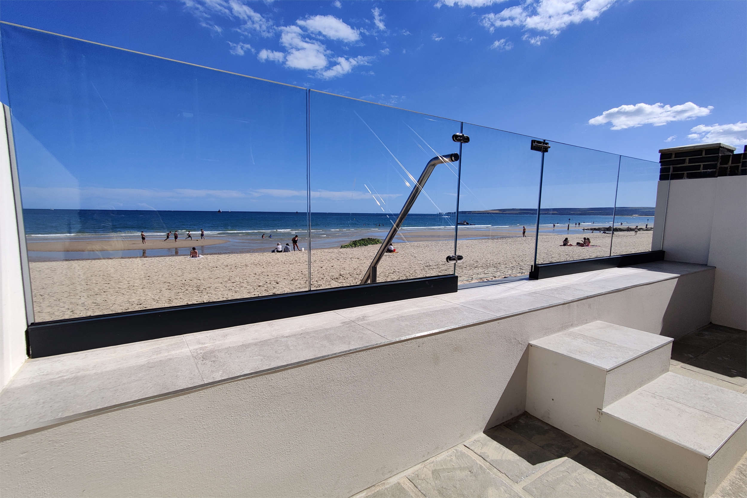 Frame-less glass balustrade straight onto the beach